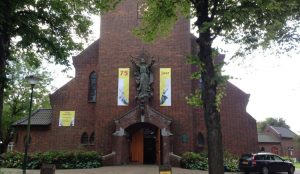 Foto Mariakerk met banners